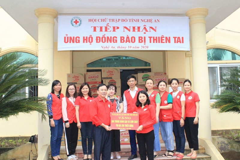 Hội Chữ thập đỏ và các Nhà hảo tâm tỉnh Ninh Bình trao tặng yêu thương với đồng bào Miền Trung